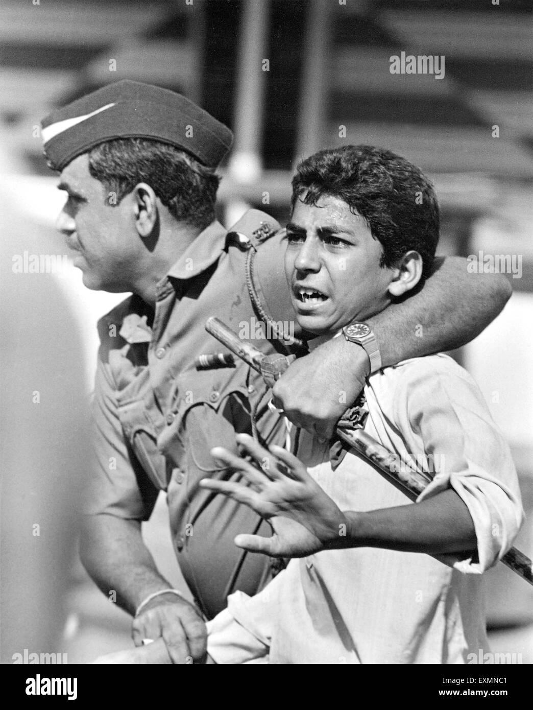 Polizist erfasst Mann Bombay Mumbai Maharashtra Indien Stockbild