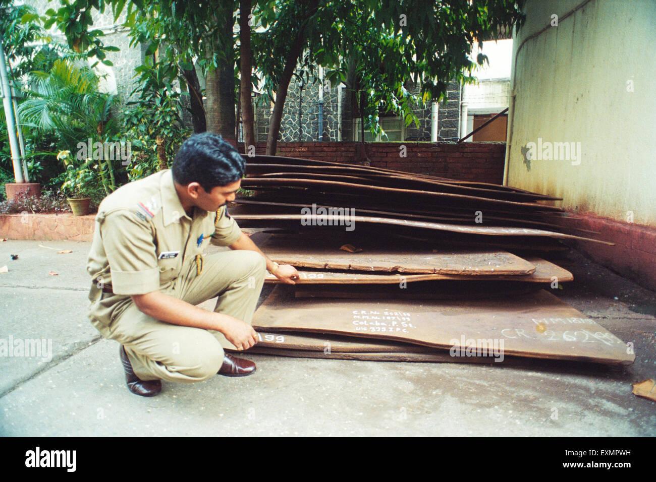 Polizist Überprüfung gestohlenen erfassten Stahl Platten Mumbai Indien Stockbild