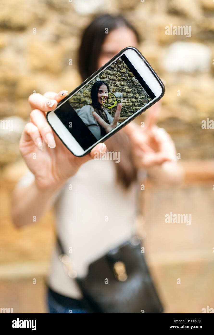 Smartphone mit Foto der lächelnde Frau, die eine selfie Stockbild