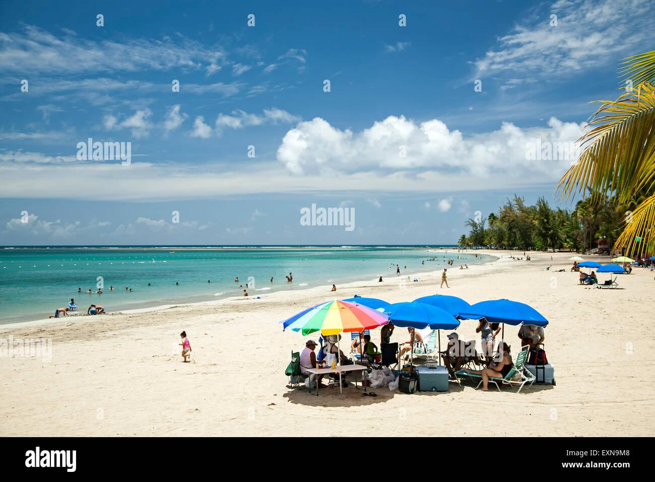 Sonnenschirme am Sandstrand, Luquillo, Puerto Rico Stockbild