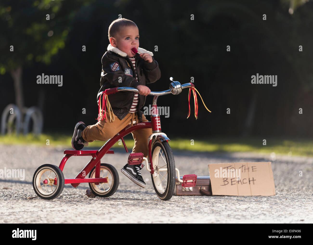 Junge auf seinem Fahrrad. Stockbild