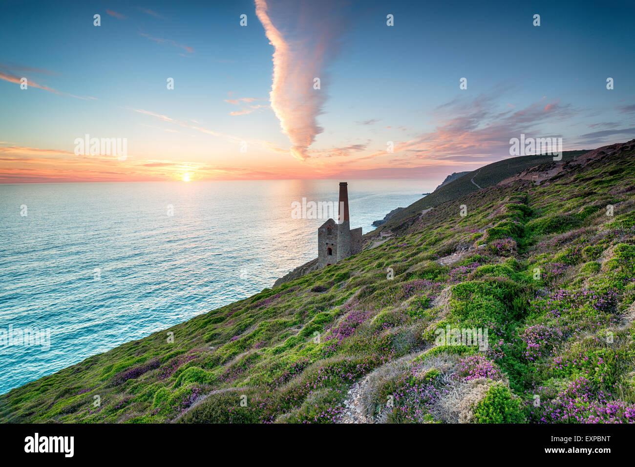 Sonnenuntergang an der Küste von Cornwall in St. Agnes, Blick auf das Towanroath-Maschinenhaus Stockbild