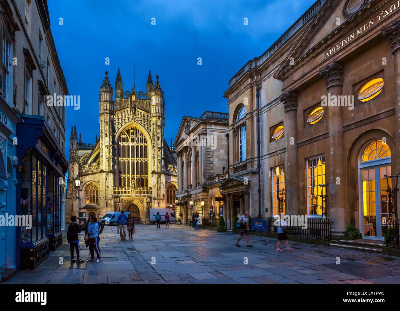 Bath Abbey in der Nacht mit dem Roman Baths und Trinkhalle, Recht, Abtei Kirchhof, Bath, Somerset, England, UK Stockbild