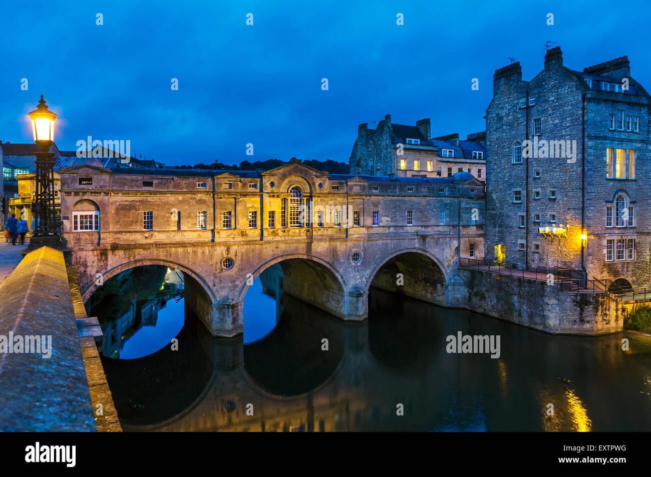 Nacht Schuss des historischen 18thC Pulteney Brücke über den Fluss Avon in die historische Stadtzentrum, Stockbild