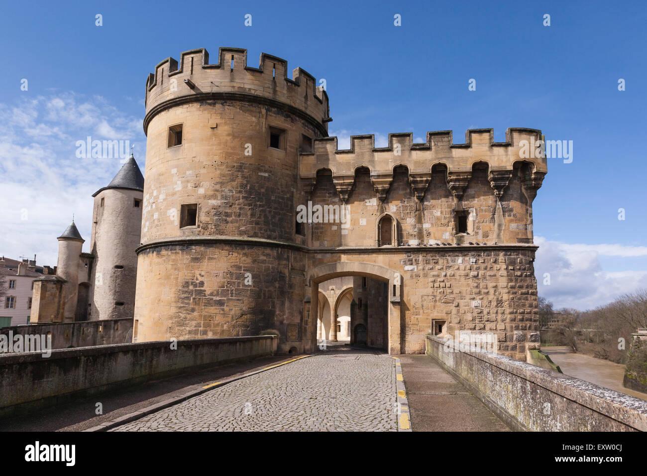 Die deutschen Tor aus dem 13. Jahrhundert, eines der letzten mittelalterlichen Brücke-Schlösser in Frankreich, Stockbild