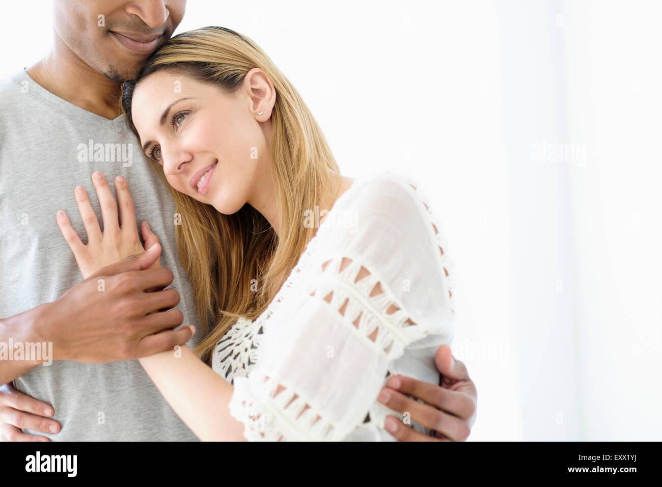 Mitte erwachsenes paar, umarmen Stockbild