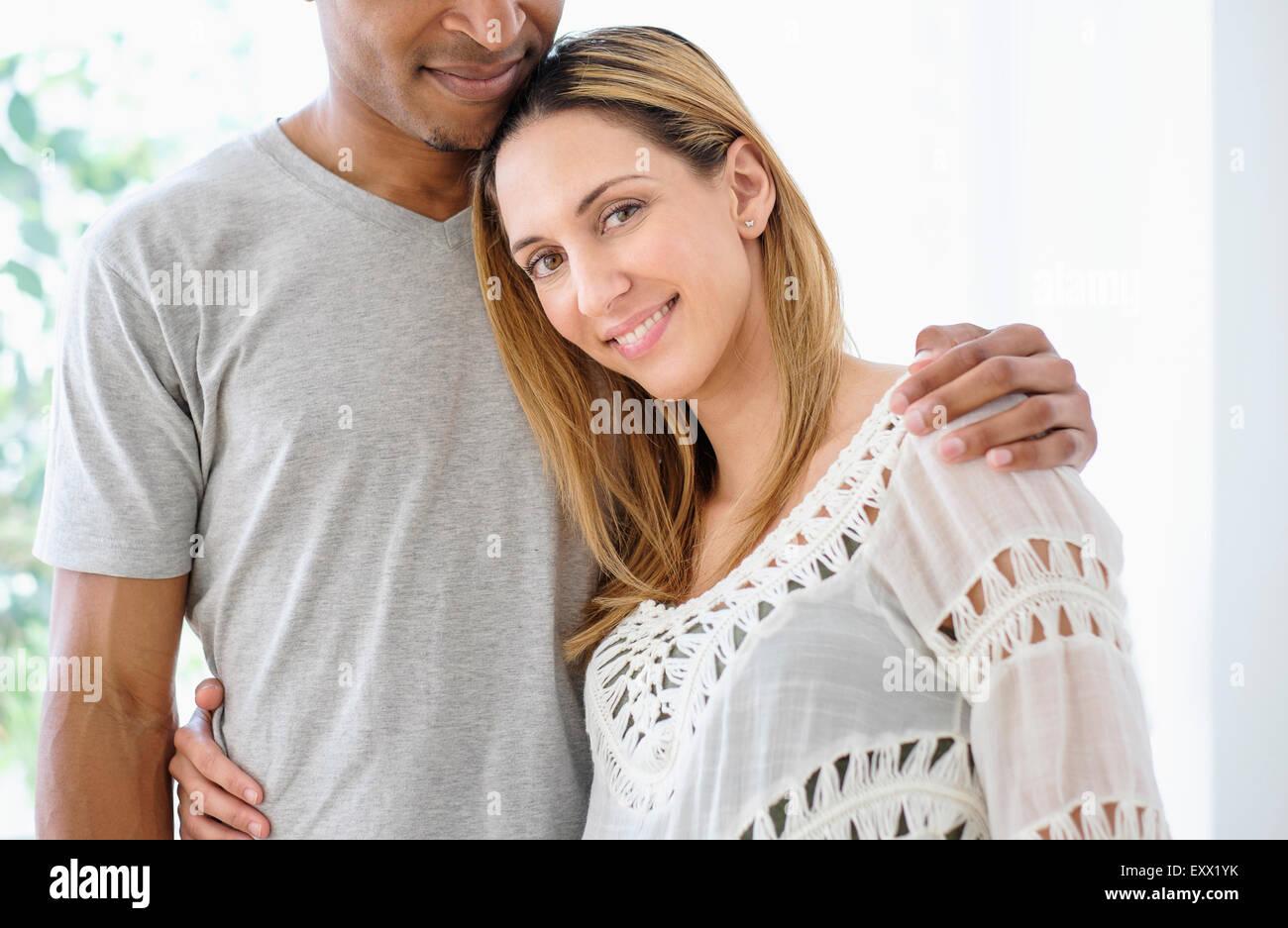 Mitte erwachsenes paar, umarmen Stockfoto