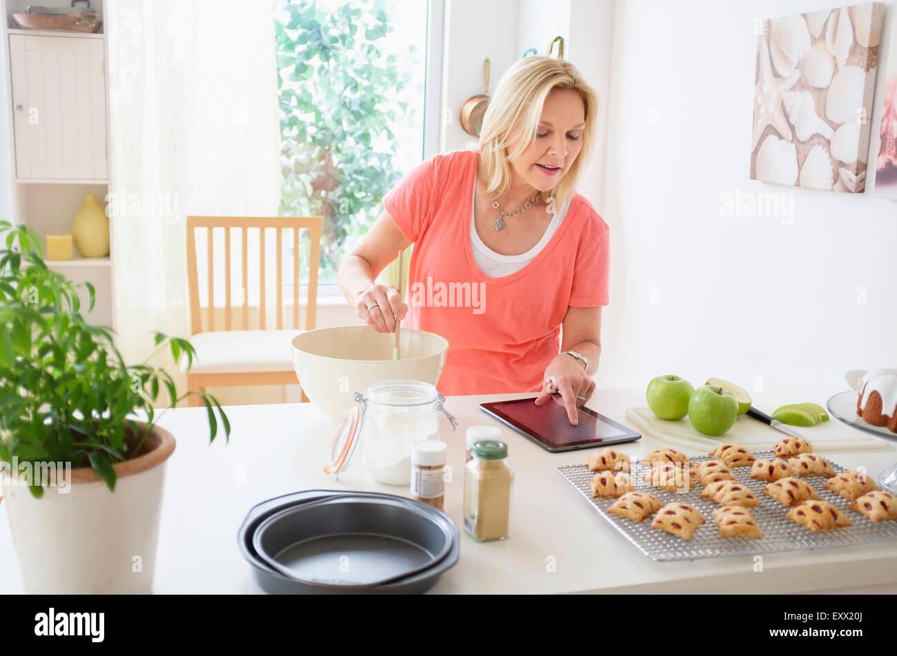 Reife Frau in Küche Backen Stockbild