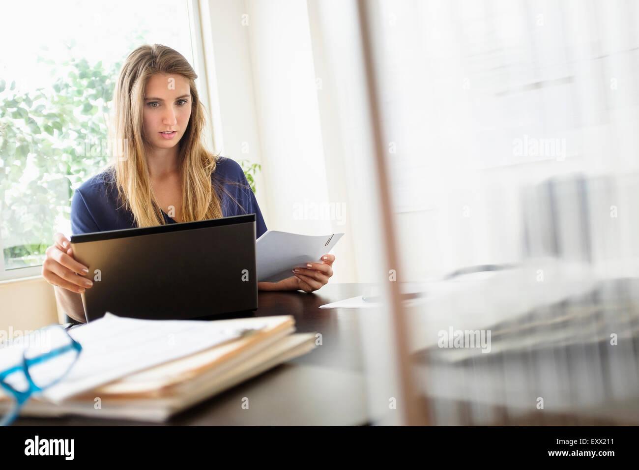 Frau Im Buro Arbeiten Stockfoto Bild 85394877 Alamy
