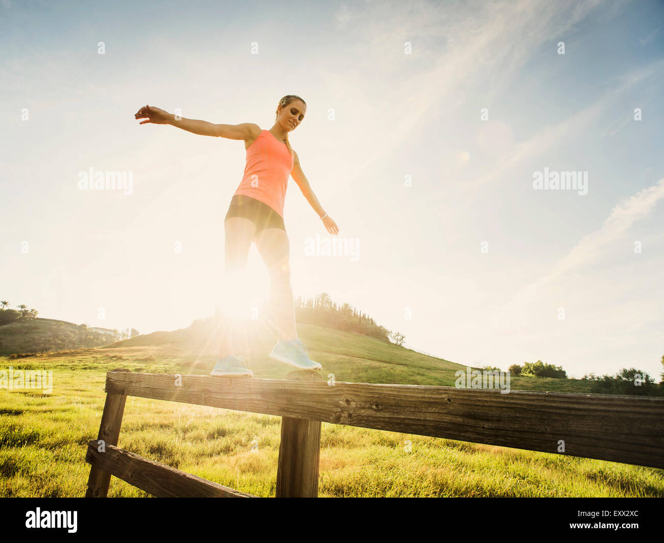 Frau balancieren auf Holzzaun Stockbild