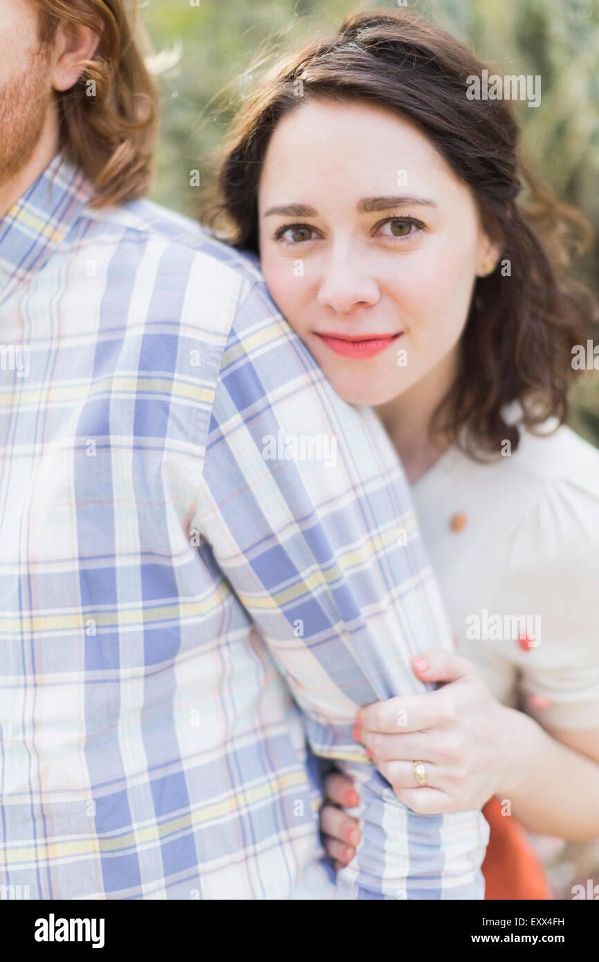 Junge lächelnde Frau neben Freund Stockbild