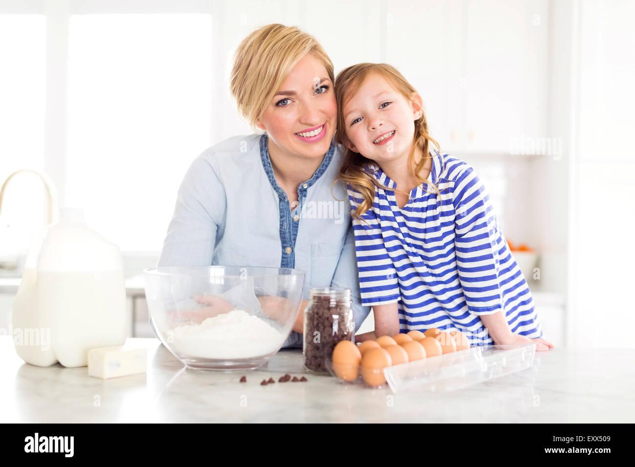 Porträt von Mädchen (4-5) verbringt Zeit mit Mutter in der Küche Stockbild
