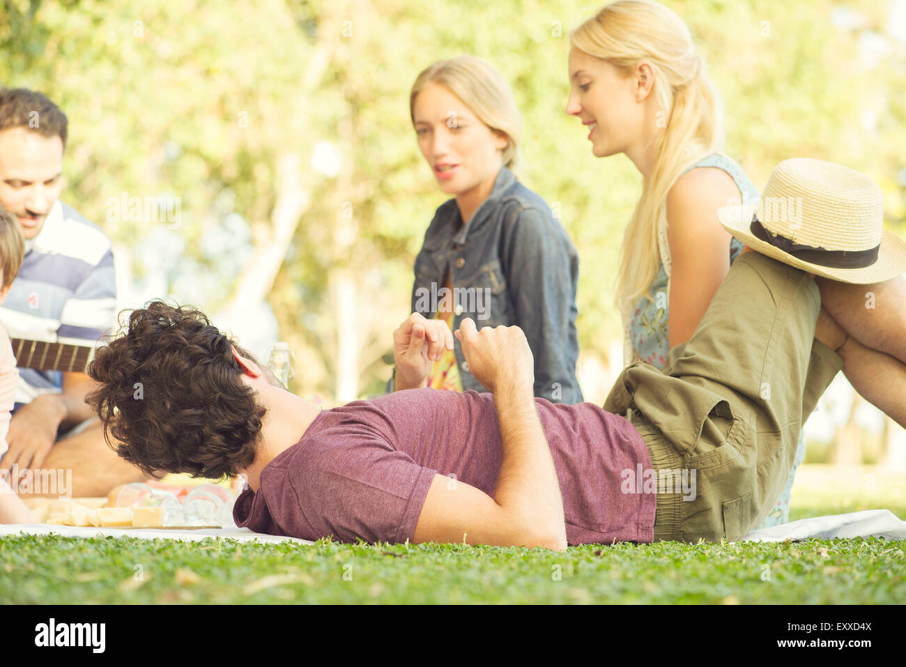 Mann am Picknick mit Freunden Stockbild