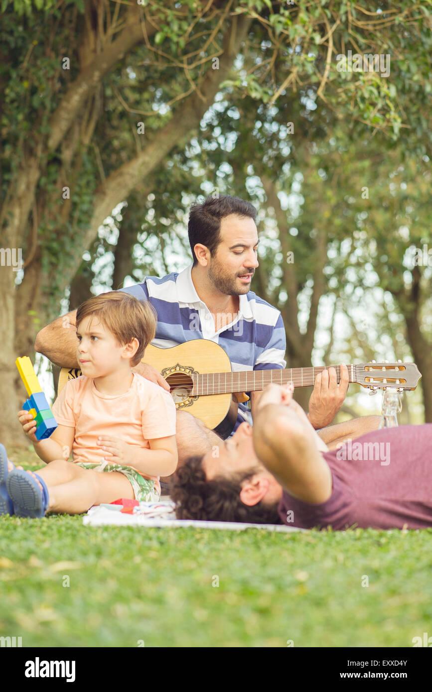 Mann ein Nickerchen am Picknick Stockbild