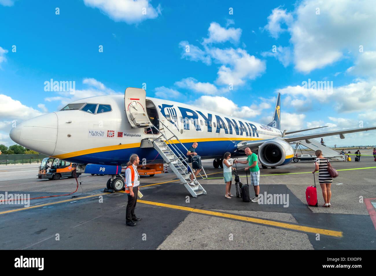 PISA, Italien - 21. August 2014: Passagiere Ausstiegsstelle Ryanair Jet-Flugzeug nach der Landung im Flughafen von Stockbild