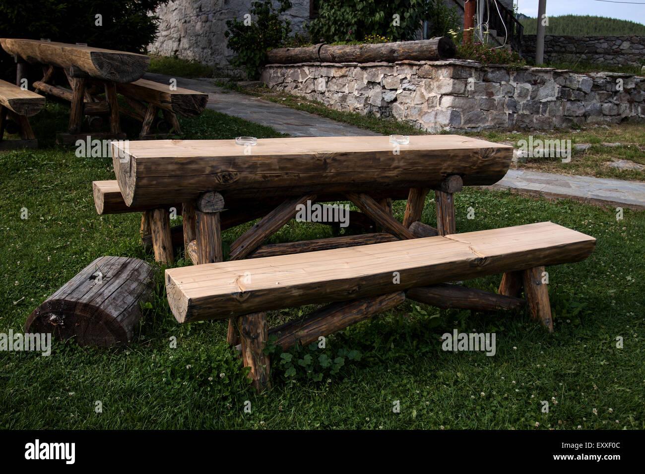 Garten Holz Tisch Und Bank In Die Grünen Wiesen Isoliert