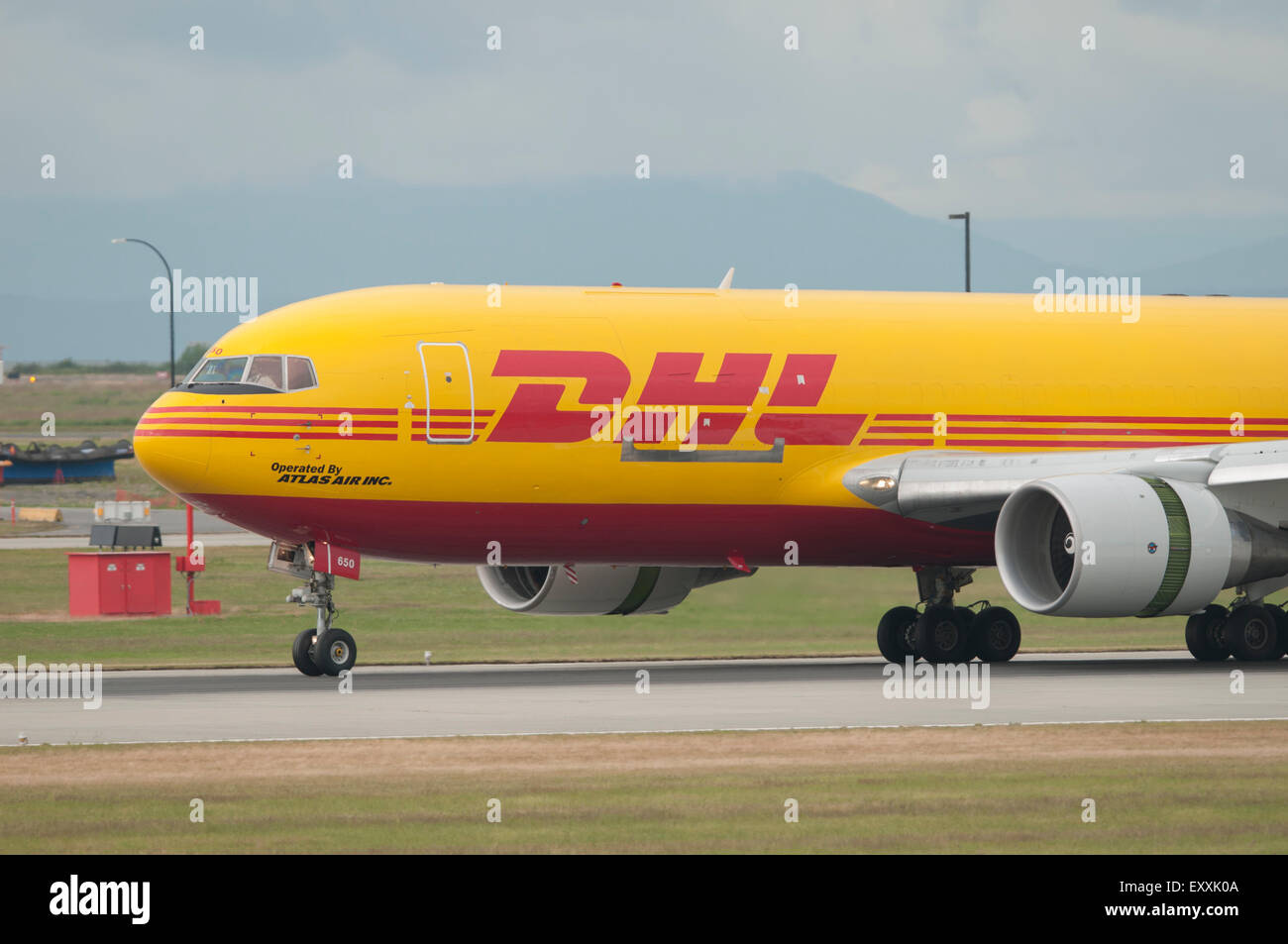 dhl atlas air boeing 767 231 er sf landete am flughafen yvr vancouver international stockfoto. Black Bedroom Furniture Sets. Home Design Ideas