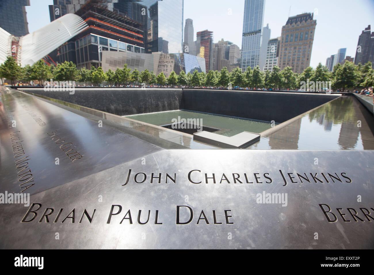 NEW YORK - 30. Mai 2015: Freedom Tower in Lower Manhattan und das Denkmal. One World Trade Center ist das höchste Stockbild