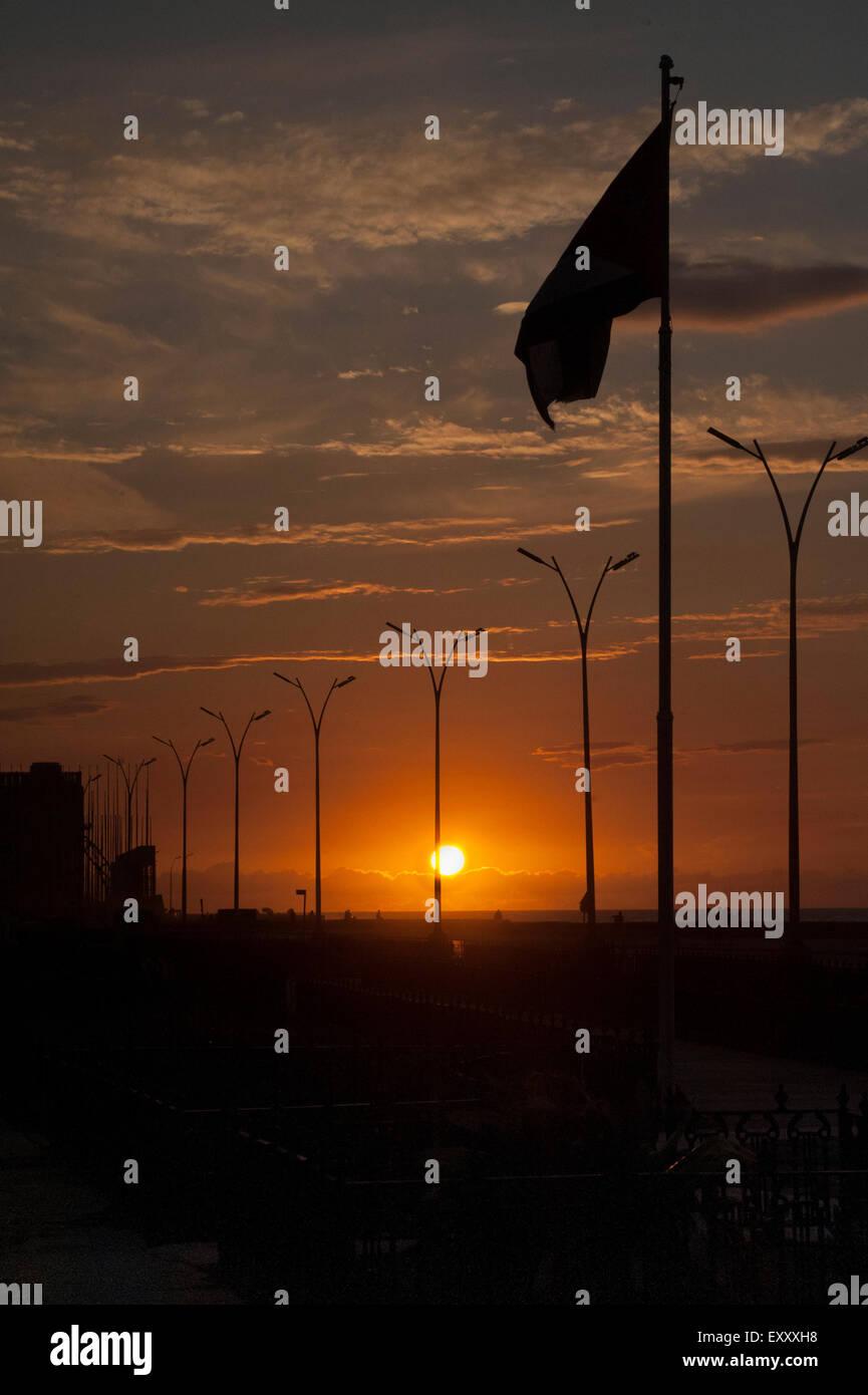 Sonnenuntergang auf dem Malecon und kubanische Flagge Stockbild