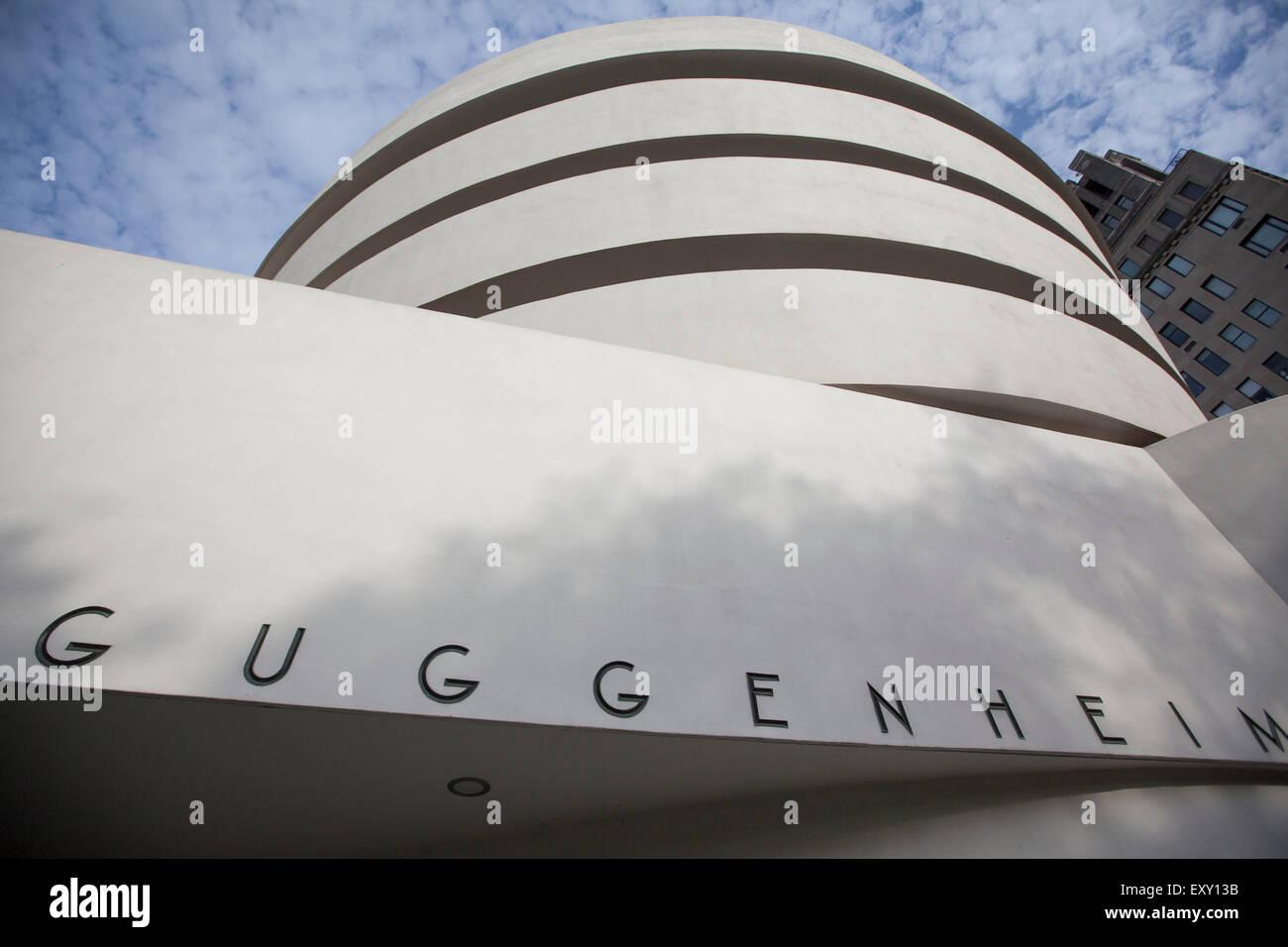 NEW YORK - 27. Mai 2015: The Solomon R. Guggenheim Museum, oft als The Guggenheim ist ein Kunstmuseum am 1071 Stockbild