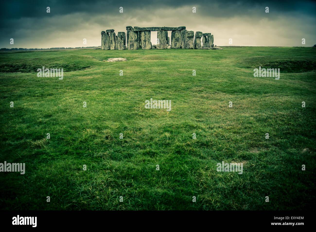 Wiese führt zu Stonehenge an einem bewölkten grauen Tag Stockbild