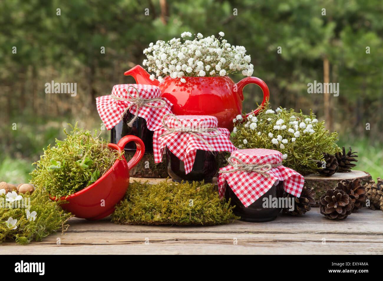 Rote teekanne teetasse und drei gl sern gesunde marmelade wald im hintergrund - Marmelade einkochen glaser ...