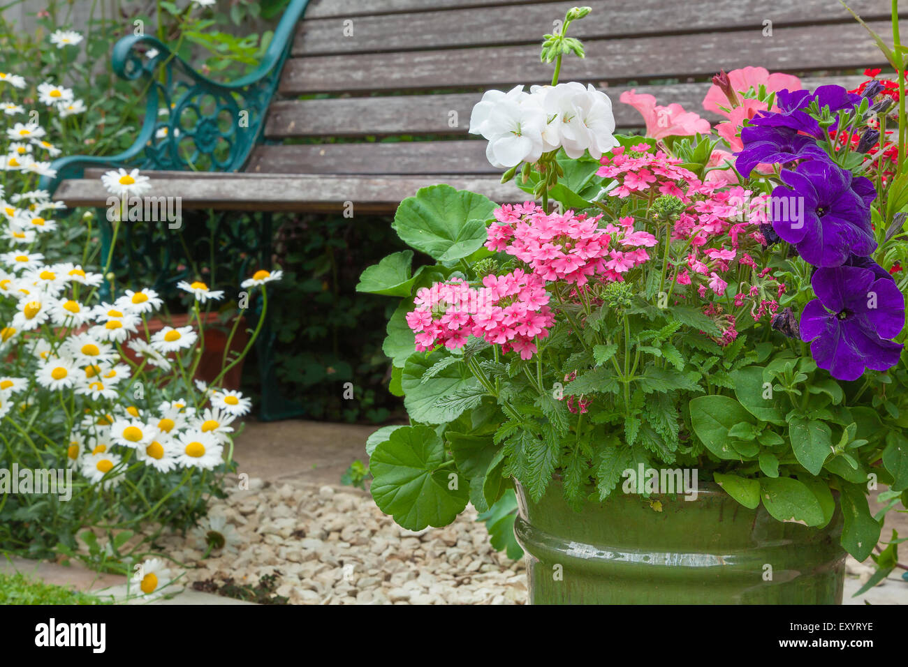 bauerngarten mit holzbank und blumen in containern stockfoto bild 85434034 alamy. Black Bedroom Furniture Sets. Home Design Ideas