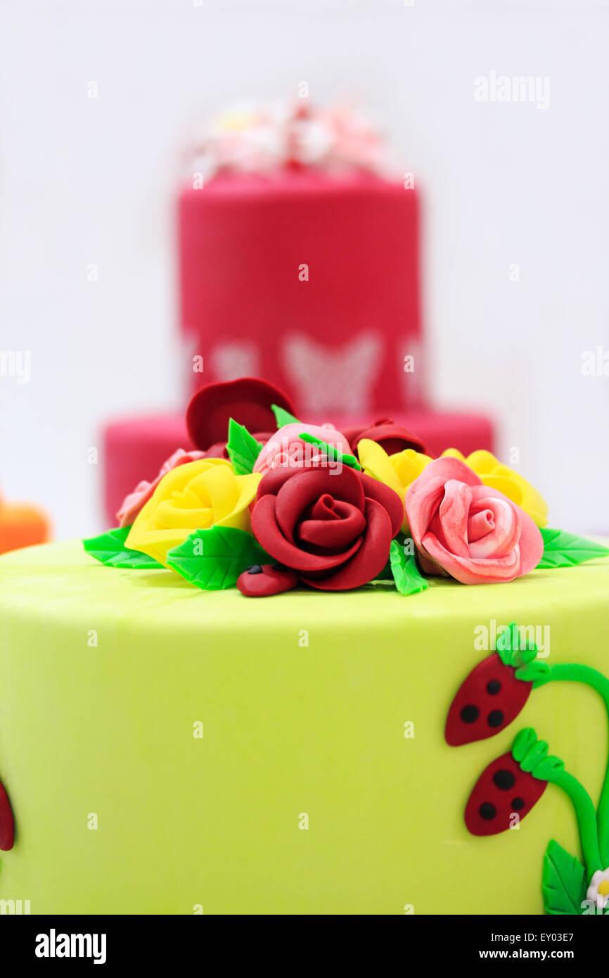 Kuchen mit künstlichen Blumen und Beeren dekoriert. Stockbild