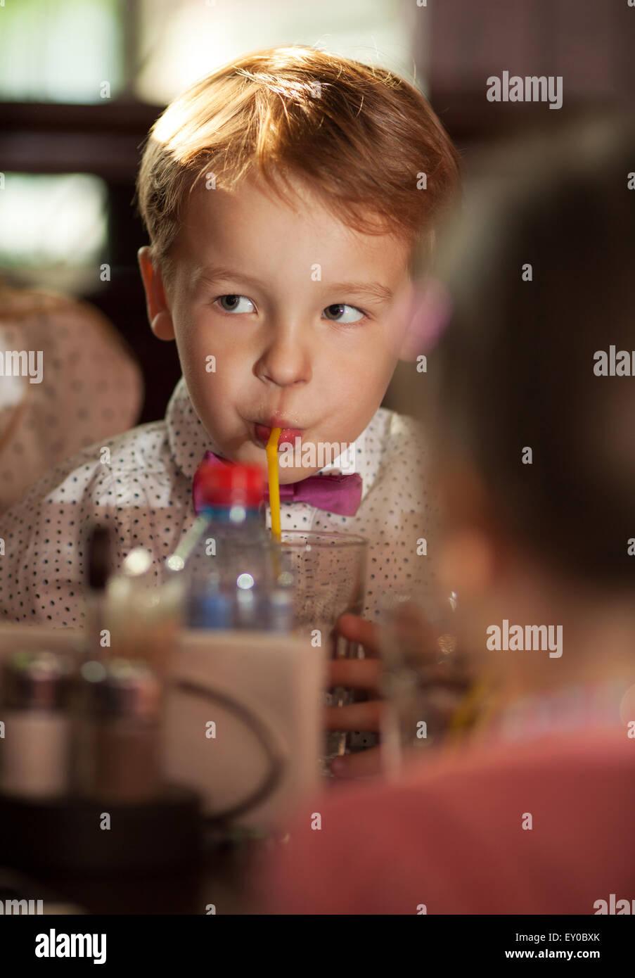 Kleiner Junge mit Röhrchen trinken Stockbild