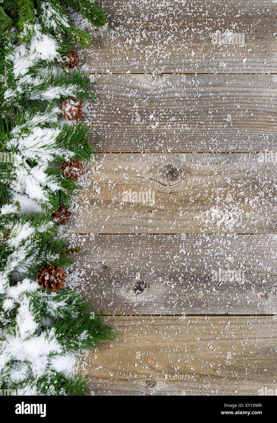 weihnachten grenze mit baum tannenzweigen zapfen und schnee auf urigen holzbrettern layout in. Black Bedroom Furniture Sets. Home Design Ideas