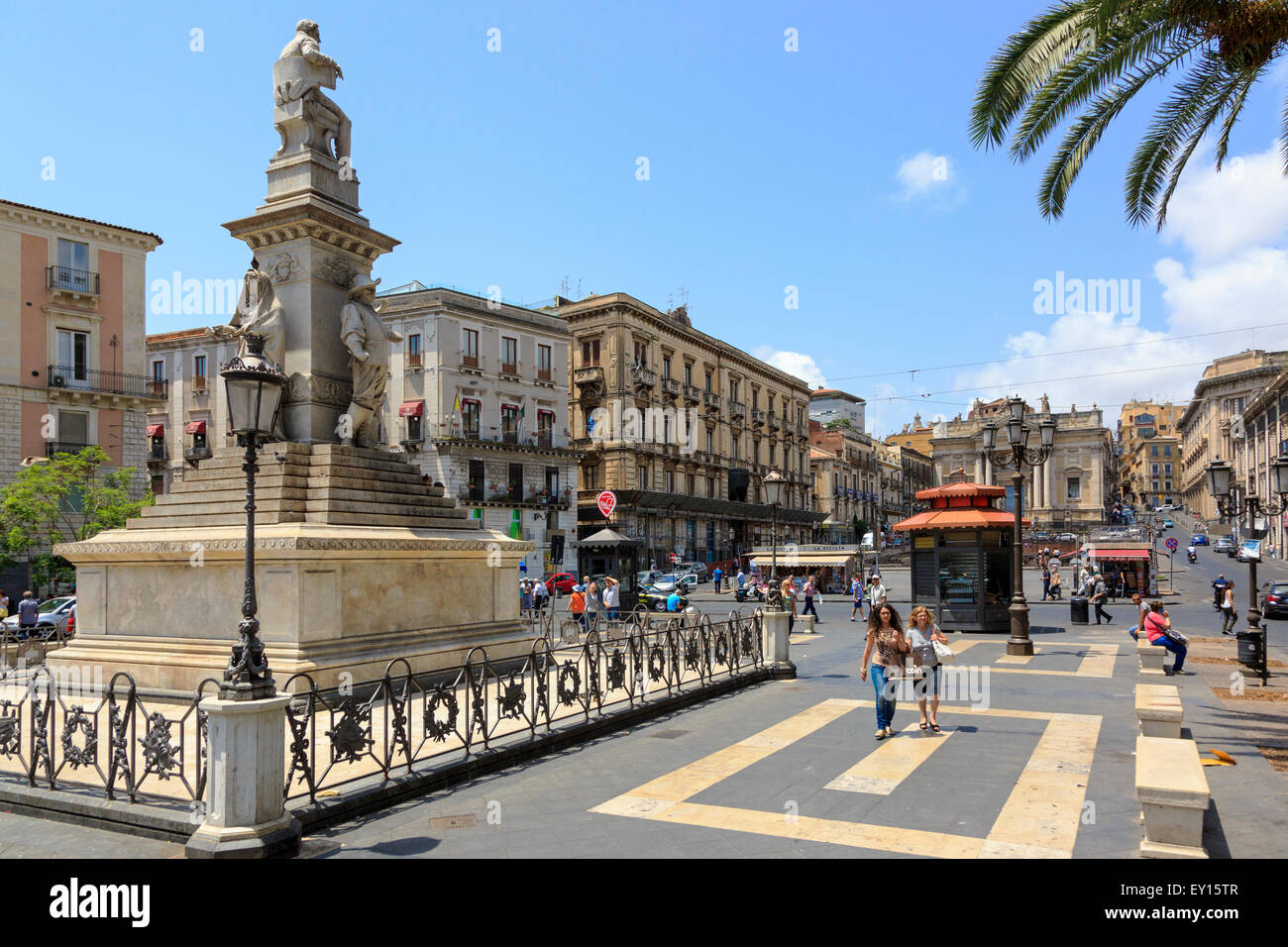 Piazza Stesicoro, Catania, Sizilien mit der Statue des 18. Jahrhunderts Opernkomponisten Vincenzo Bellini geboren Stockbild
