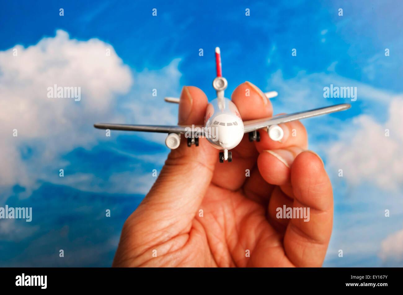 Männliche hand mit einem Spielzeug Flugzeug Stockbild