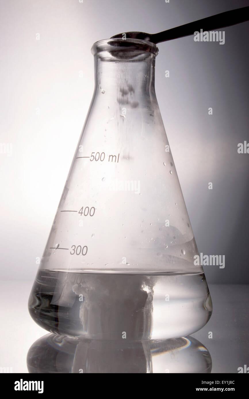 Chemische Reaktion mit Erlenmeyerkolben, Stockbild
