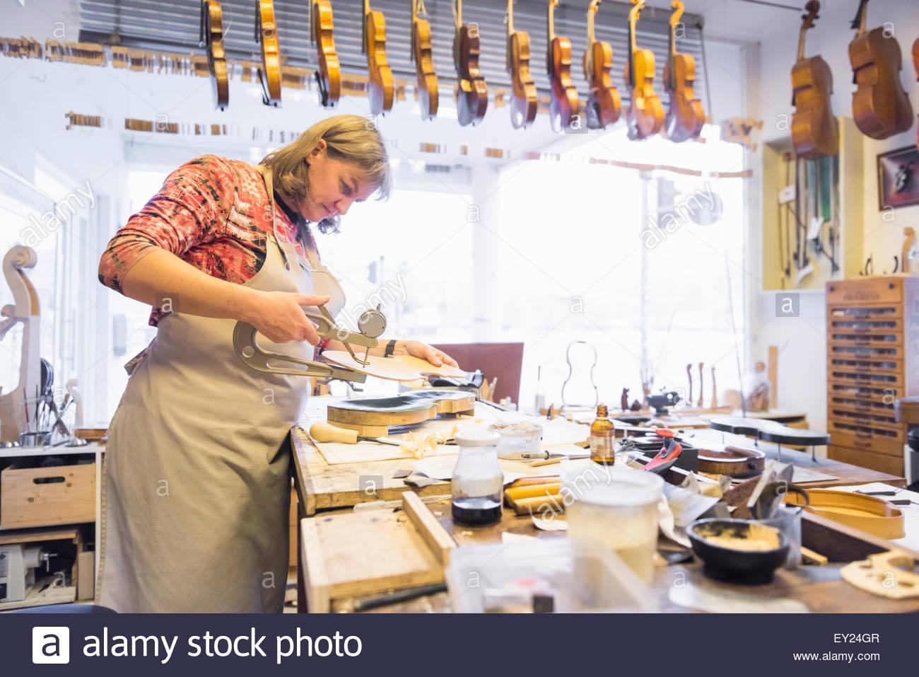 Geigenbauer machen Geigen im Produktionsstudio Stockbild