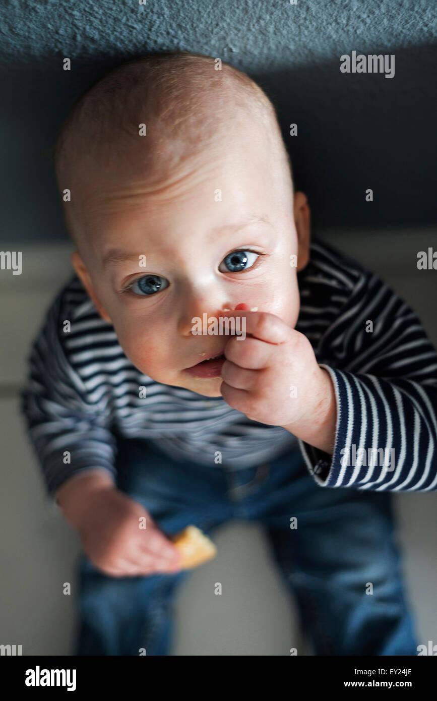 Obenliegende Porträt des jungen am Boden Stockfoto