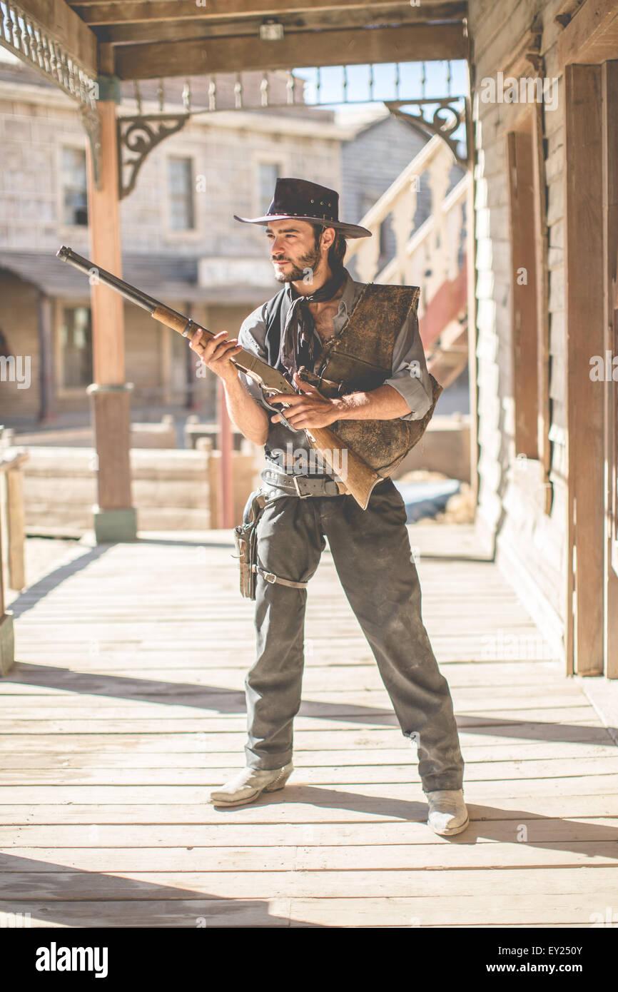 Porträt von Cowboy hält Schrotflinte auf Wild-West-Film-set, Fort Bravo, Tabernas, Almeria, Spanien Stockbild