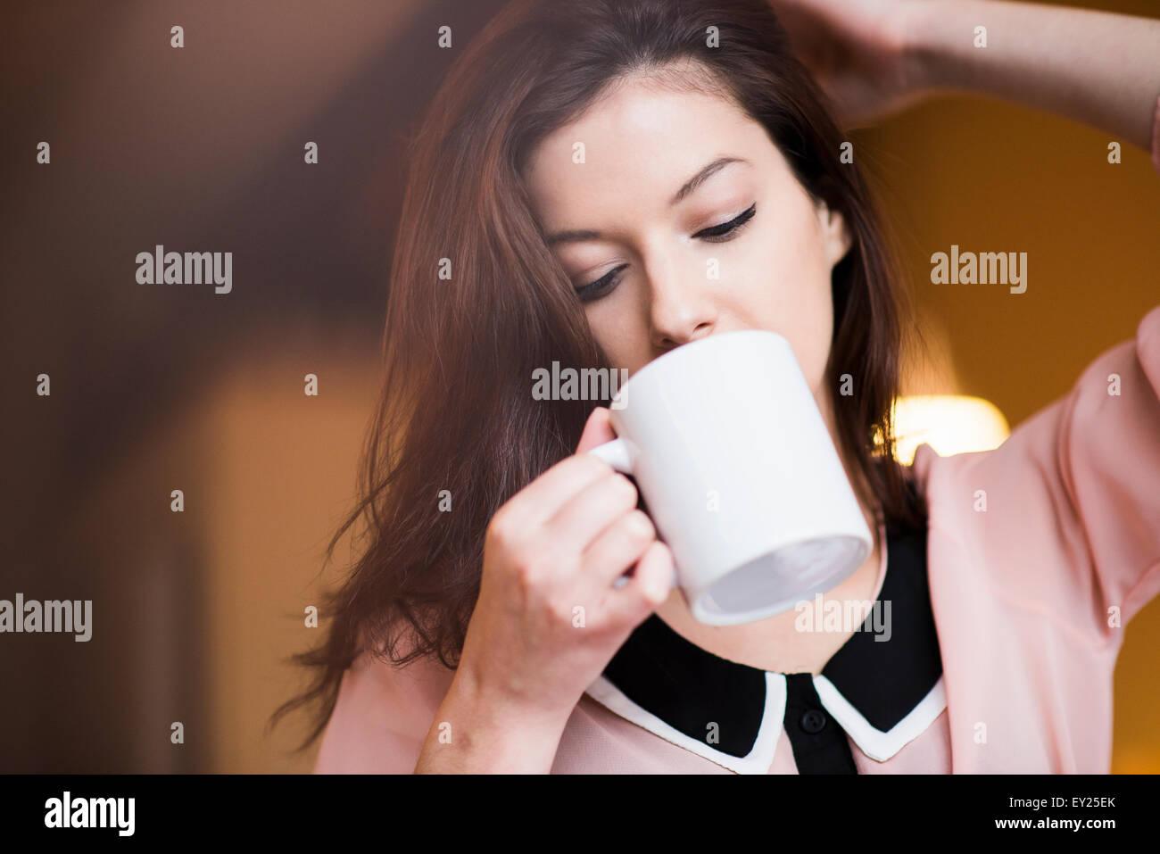 Junge Frau Kaffee trinken Stockfoto
