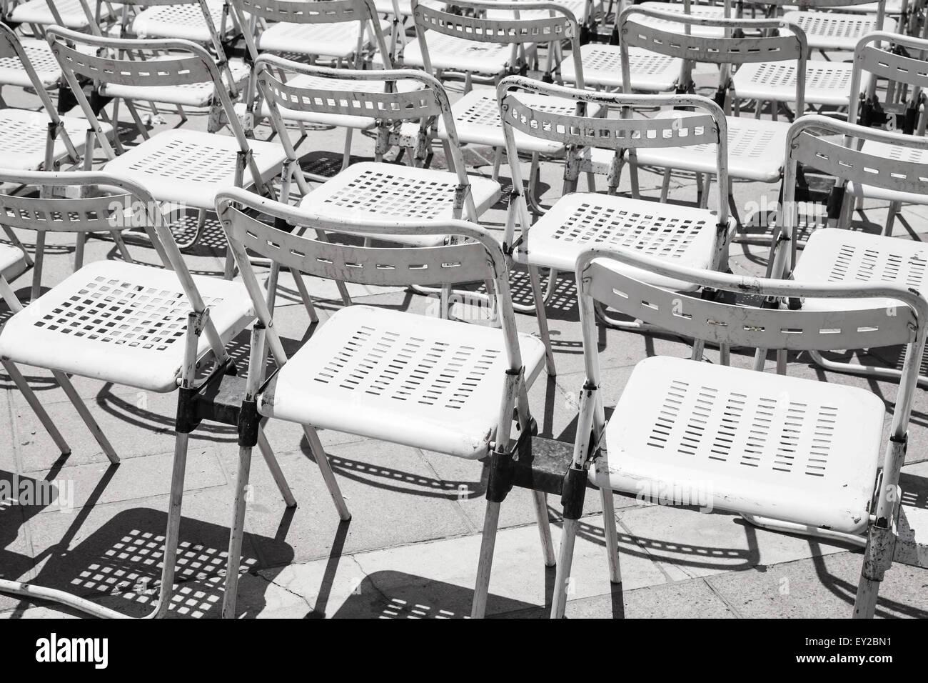 Leere Weißmetall Stuhlreihen in ein Open-Air-Konzert-Halle Stockfoto ...