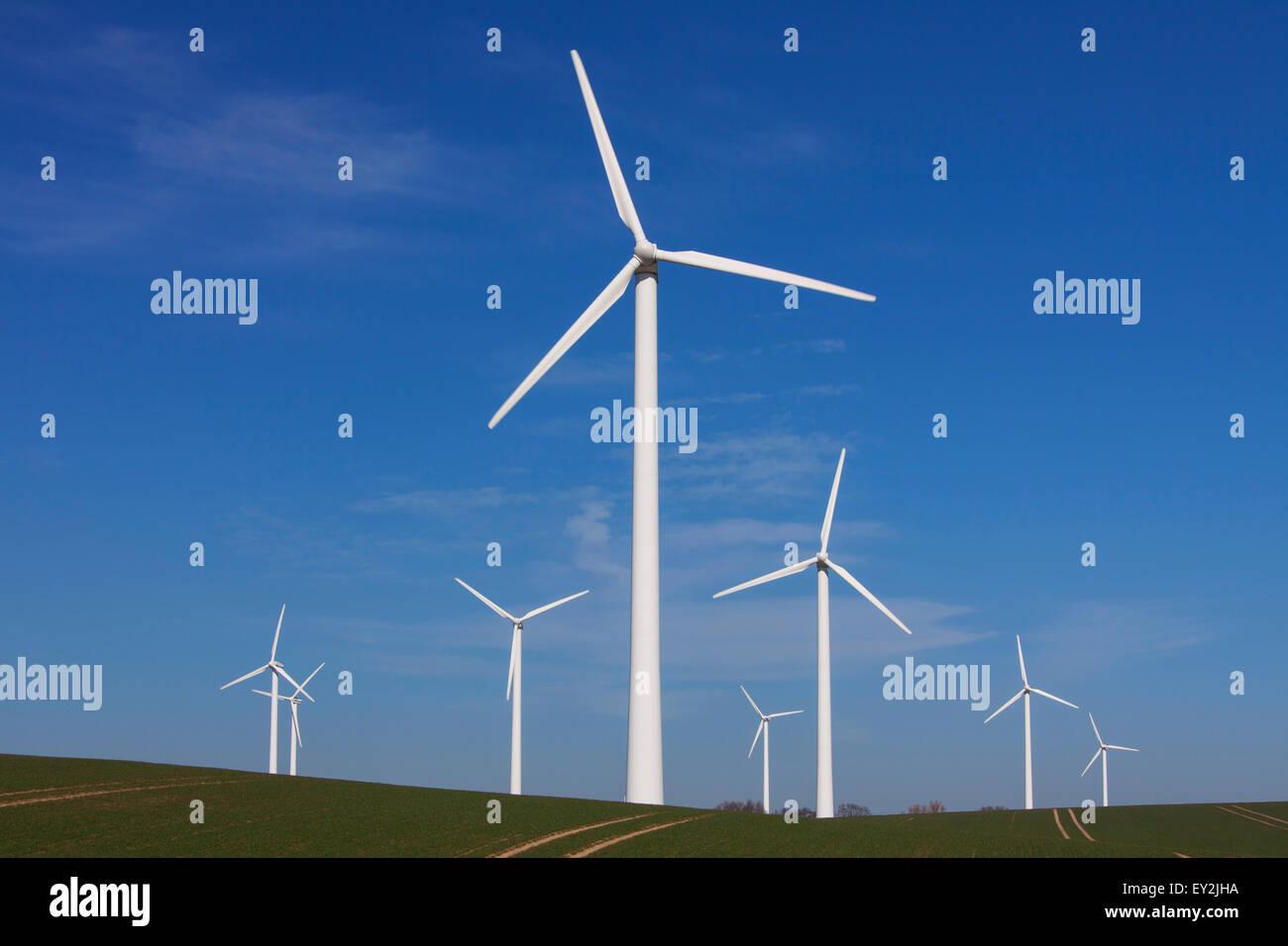 Windkraftanlagen im Windpark in auffangene gegen blauen Himmel Stockbild