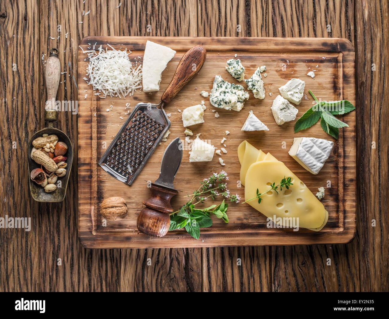 Verschiedene Arten von Käse mit Nüssen und Kräutern. Ansicht von oben. Stockbild