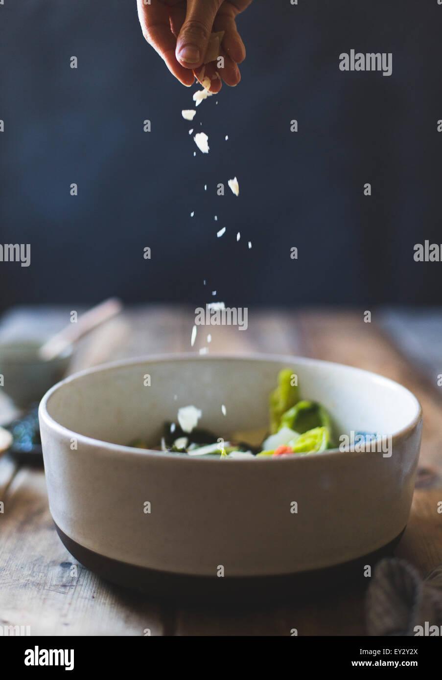 Zutaten für Wasabi Caesar Salad (ohne Gluten). Parmesan-Käse bestreuen. Stockbild