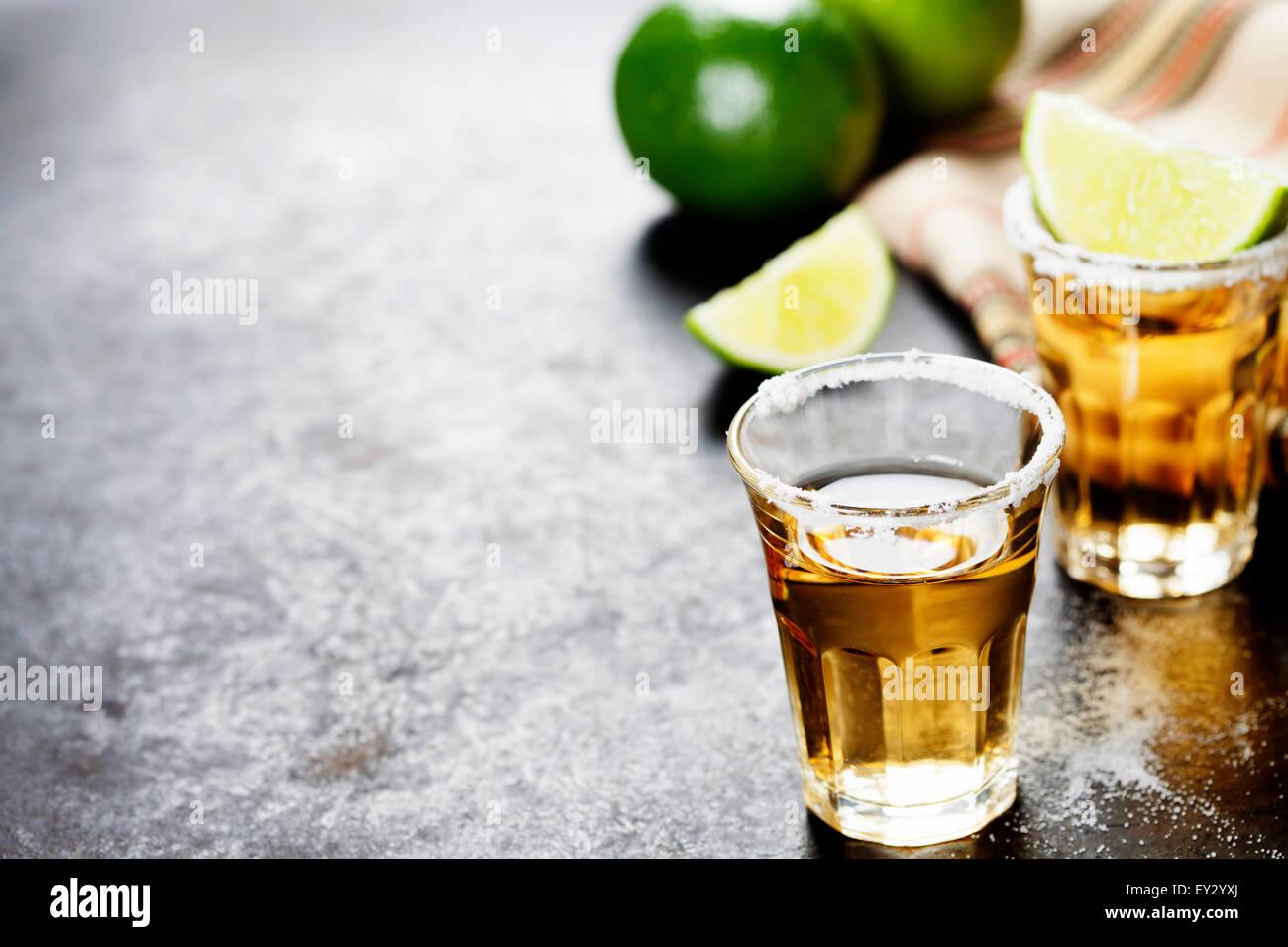 Tequila Shots mit Kalk und Salz auf rustikalen Hintergrund Stockbild