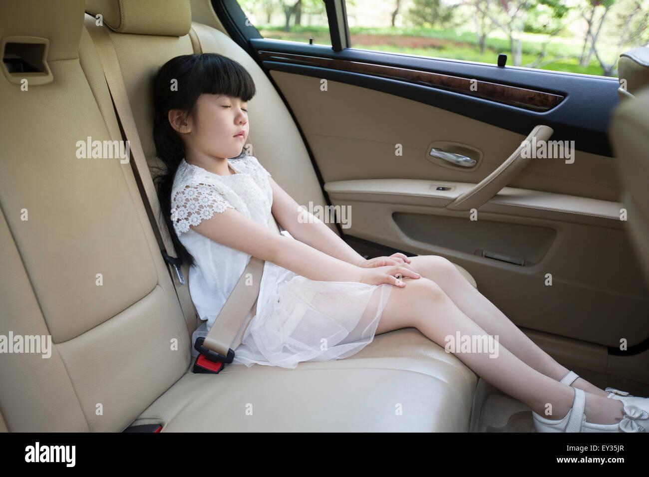 kleines m dchen schlafen im auto r cksitz stockfoto bild. Black Bedroom Furniture Sets. Home Design Ideas