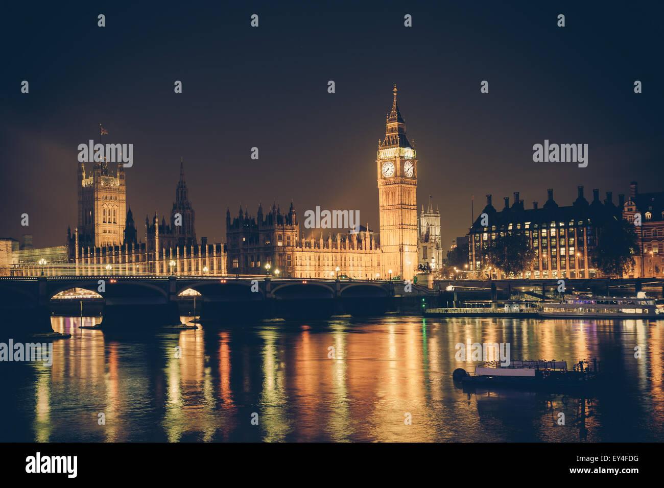 Blick auf Big Ben und Westminster über Themse bei Nacht.  Dieses Bild hat einen Retro-Filtereffekt Stockfoto
