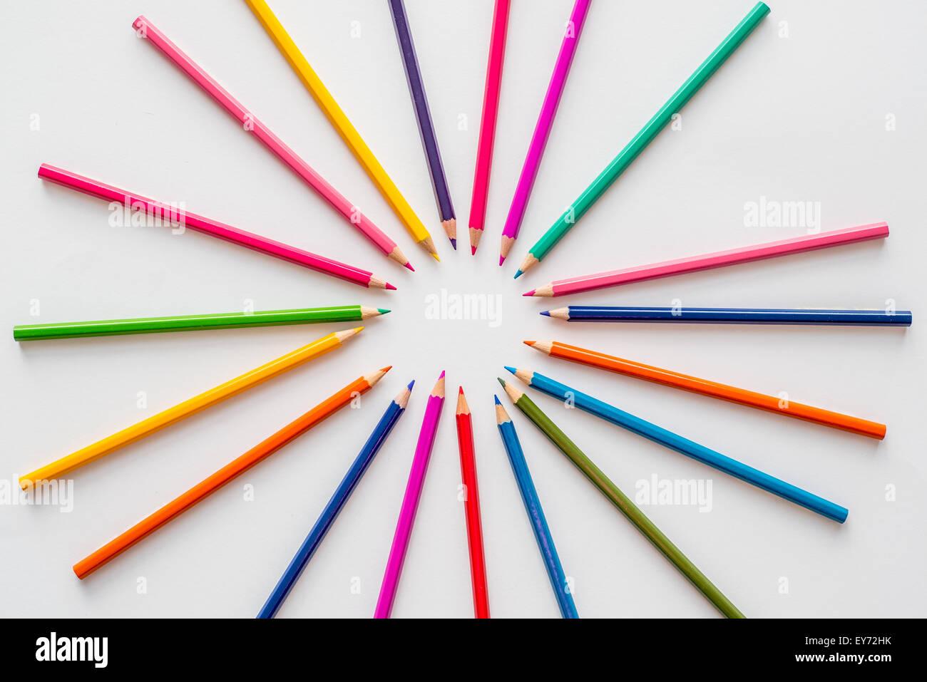 Färbung Bleistifte gruppieren sich um eine grobe Kreismittelpunkt Stockbild