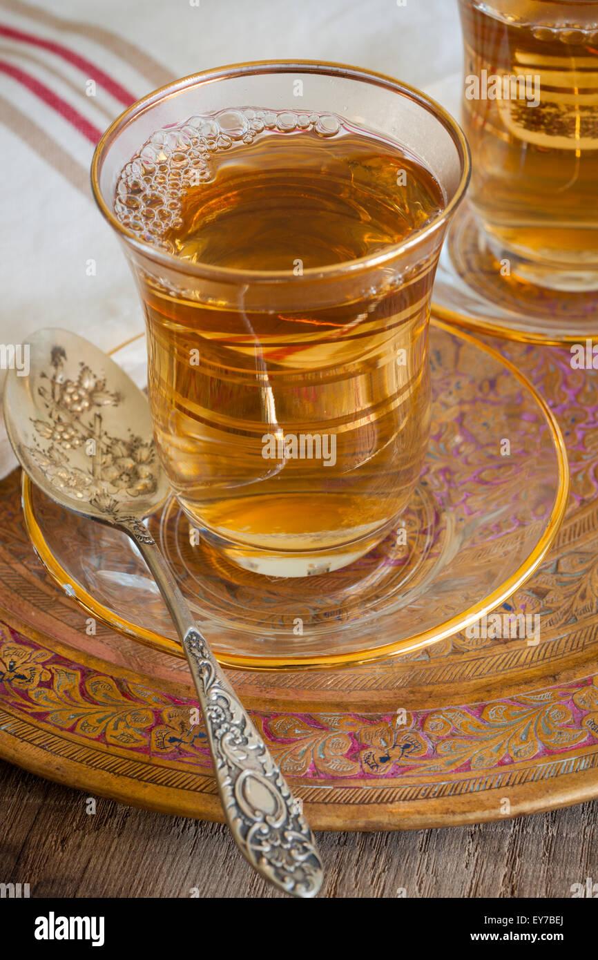 Türkischer Apfeltee serviert einen süßen Apfel aromatisierte ...