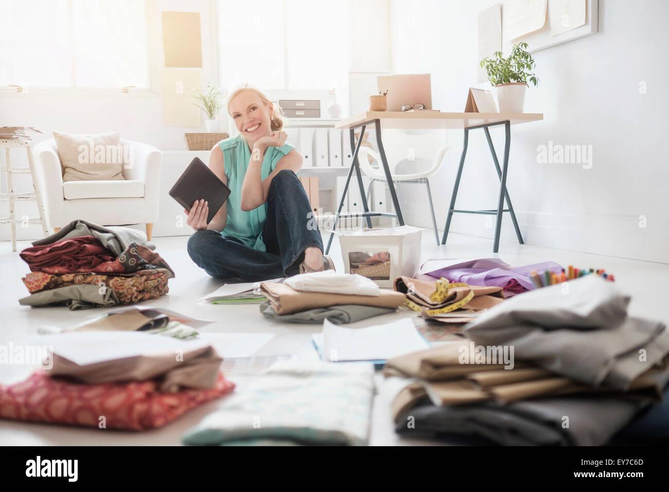 Professionelles Arbeiten im Wohnzimmer-Design Stockbild