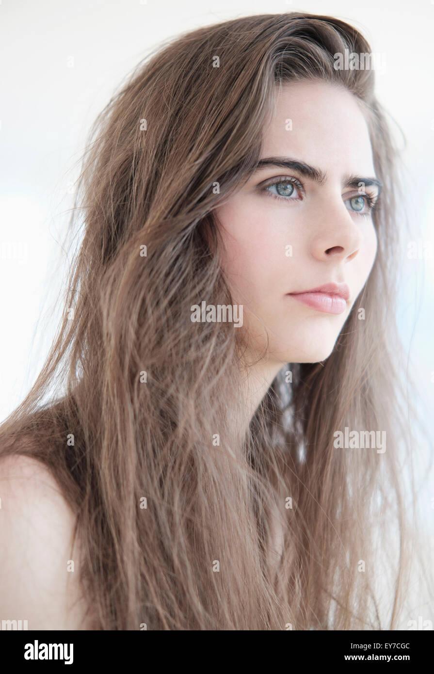 Porträt der jungen Frau mit blauen Augen Stockbild