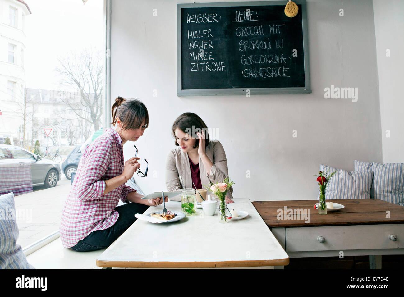 Gäste im café Stockbild