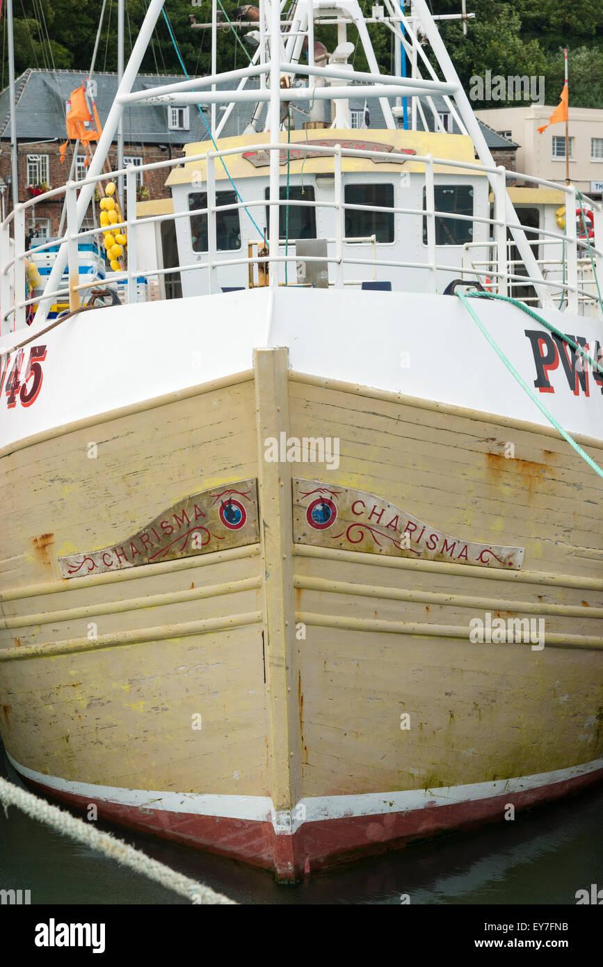 Ein Trawler namens Charisma vertäut im Hafen von Padstow Cornwall UK Stockbild